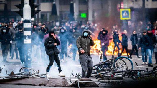 Protestas por el confinamiento dejan 184 detenidos en Países Bajos.