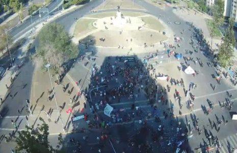 Chile. Una jornada caliente de repudio a los asesinos de uniforme y a su jefe Piñera: miles de jóvenes en las calles enfrentando a la represión (videos)