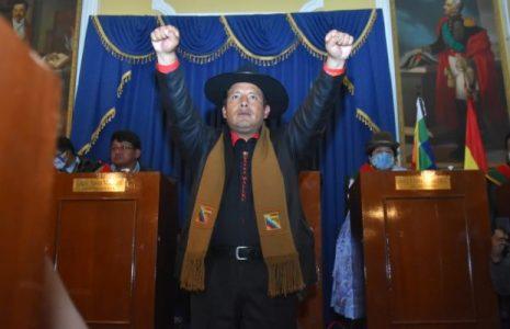 Bolivia. Santos Quispe asume como gobernador de La Paz e instruye poner la imagen de El Mallku en las oficinas /También asumió Eva Copa en El Alto