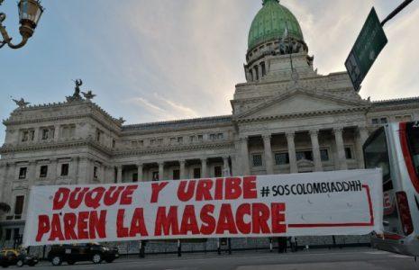 Argentina. Nuevo y masivo plantón cultural en apoyo a la lucha del pueblo colombiano y en repudio a Duque-Uribe (fotoreportaje)