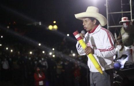 Perú. Pedro Castillo sigue su campaña triunfal junto a la futura vicepresidenta /Junto a ellos se arremolina el pueblo pobre, los campesinos, indígenas, las mujeres, los niños /Brilla la esperanza (fotoreportaje)