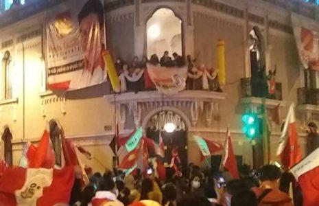 Perú. Sondeo rápido da el triunfo a Pedro Castillo con  50,2% frente a Fujimori con 49,8% /Partidarios de Perú Libre hacen vigilia para cuidar los votos