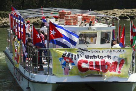 Euskal Herria. Barco solidario en Ría de Bilbao: «Biden,  ¡Desbloquea a Cuba!» (fotos)