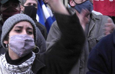 Argentina. Solidarixs con la Revolución cubana abrazaron nuevamente a la embajada, frente a un grupo de «gusanos» y macristas