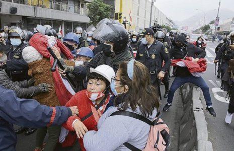 Perú. La calle polarizada entre los narcofujimoristas y los seguidores de Pedro Castillo que resistieron la violencia de los fascistas