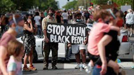 Estados Unidos.  Tras el asesinato de George Floyd: la falta de avances en temas de brutalidad policial genera discrepancias