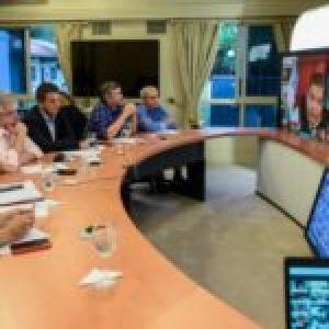 Argentina.  Alberto Fernández le anticipó a los intendente que prohibirá los despidos en grandes empresas por DNU  … (Más info)