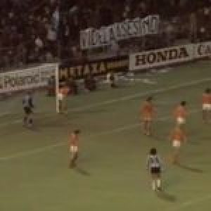 Argentina. Memoria. El día que una gran pancarta sobre el asesino Videla fue colocada en el transcurso del partido Argentina-Holanda en 1979 en Berna (video)