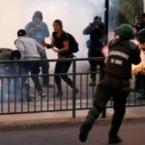 Chile. Fotógrafo de Resumen Latinoamericano herido por carabinero será operado este sábado y permanecerá hospitalizado