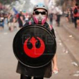 Chile. Hay gestos que simbolizan mucho: Un joven «primera línea» provisto de su escudo llegó solo a la Plaza de la Dignidad y gritó lo que millones piensan