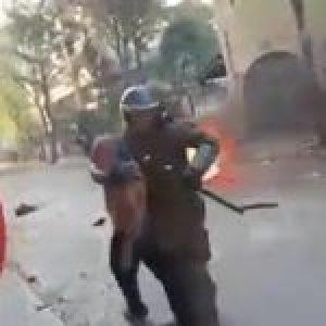 Chile. La brutalidad de los «pacos» se ensaña con un anciano al que golpean una y otra vez (video)