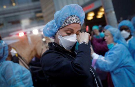 EE.UU. registra por primera vez más de 4.500 muertes en