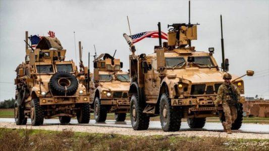Un vehículo militar estadounidense cerca de un pozo de petróleo en la ciudad siria de Al-Qamishli, Siria. (Foto: Getty Images)