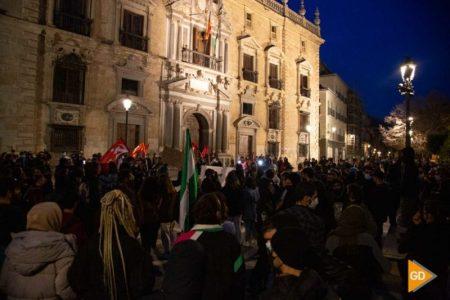 Granada: Manifestación por Linares termina con dos detenidos y un mando antidisturbios calmando a otro durante una carga para que deje de golpear
