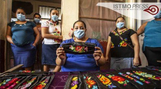 México. Artesanas zapotecas elaboran cubrebocas para recuperar su economía
