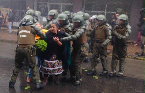 Nación Mapuche. Los carabineros de Piñera reprimieron violentamente a trabajadoras