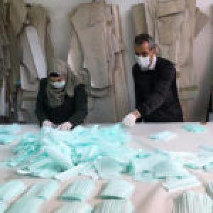 Palestina. De la noche a la mañana un zapatero comenzó la única fábrica de mascarillas de Cisjordania