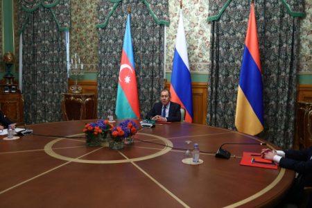 Al final del encuentro trilateral entre los jefes de diplomacia en Armenia, Azerbaiyán y Rusia, el viernes por la noche, Serguei Lavrov anunció que el alto el fuego