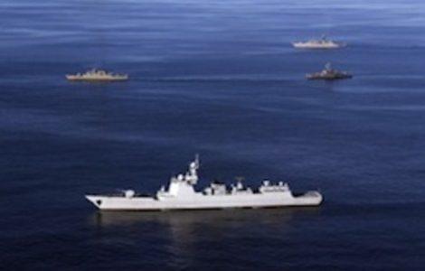 Un buque de guerra iraní es alcanzado por un misil